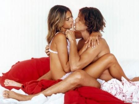 девушка с клубничкой секси